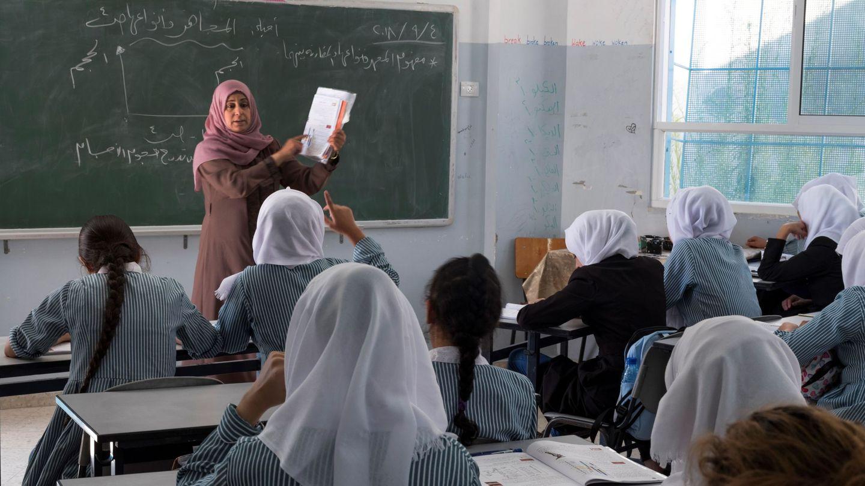 Estudiantes de décimo curso asisten a una clase de Biología en la escuela para niñas de la UNRWA, en un campo de refugiados en Shuafat, al norte de Jerusalén, el 4 de septiembre de 2018. (EFE)