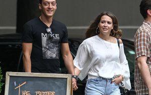 El lío de faldas de Mesut Özil