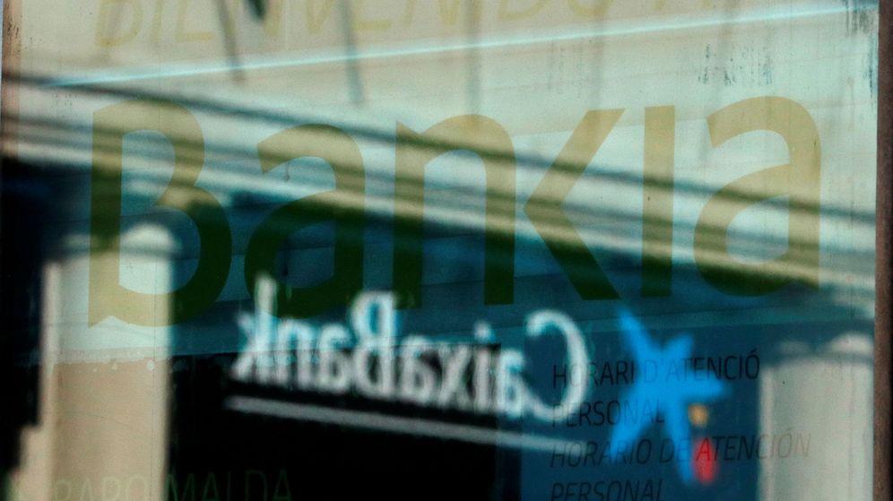 Foto: Logotipos de Bankia y Caixabank