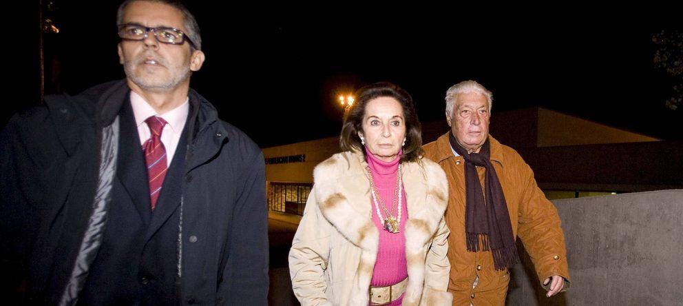 Foto: Macià Alavedra (derecha), junto a su esposa, a la salida de la cárcel Brians 2, en 2009. (EFE)