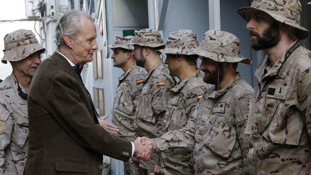 Foto: El ministro de Defensa en funciones, Pedro Morenés, visita a los españoles desplegados en Afganistán. (EFE)