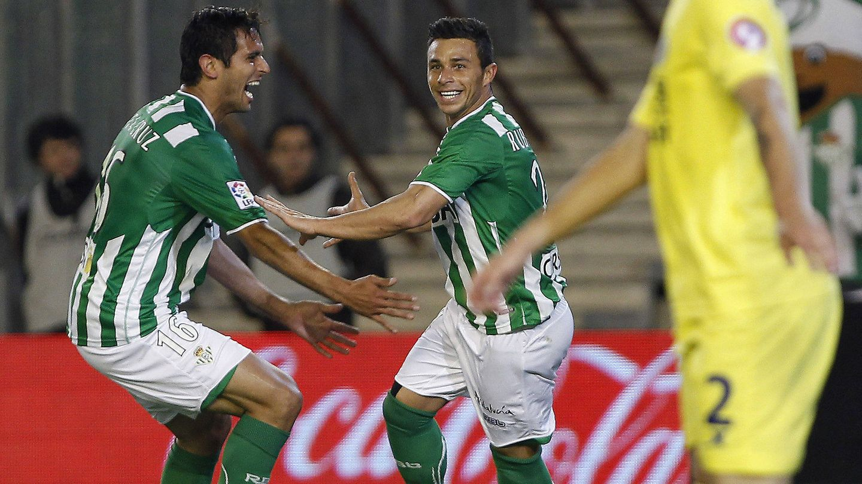 Santa Cruz celebra un gol con Rubén Castro. (EFE)