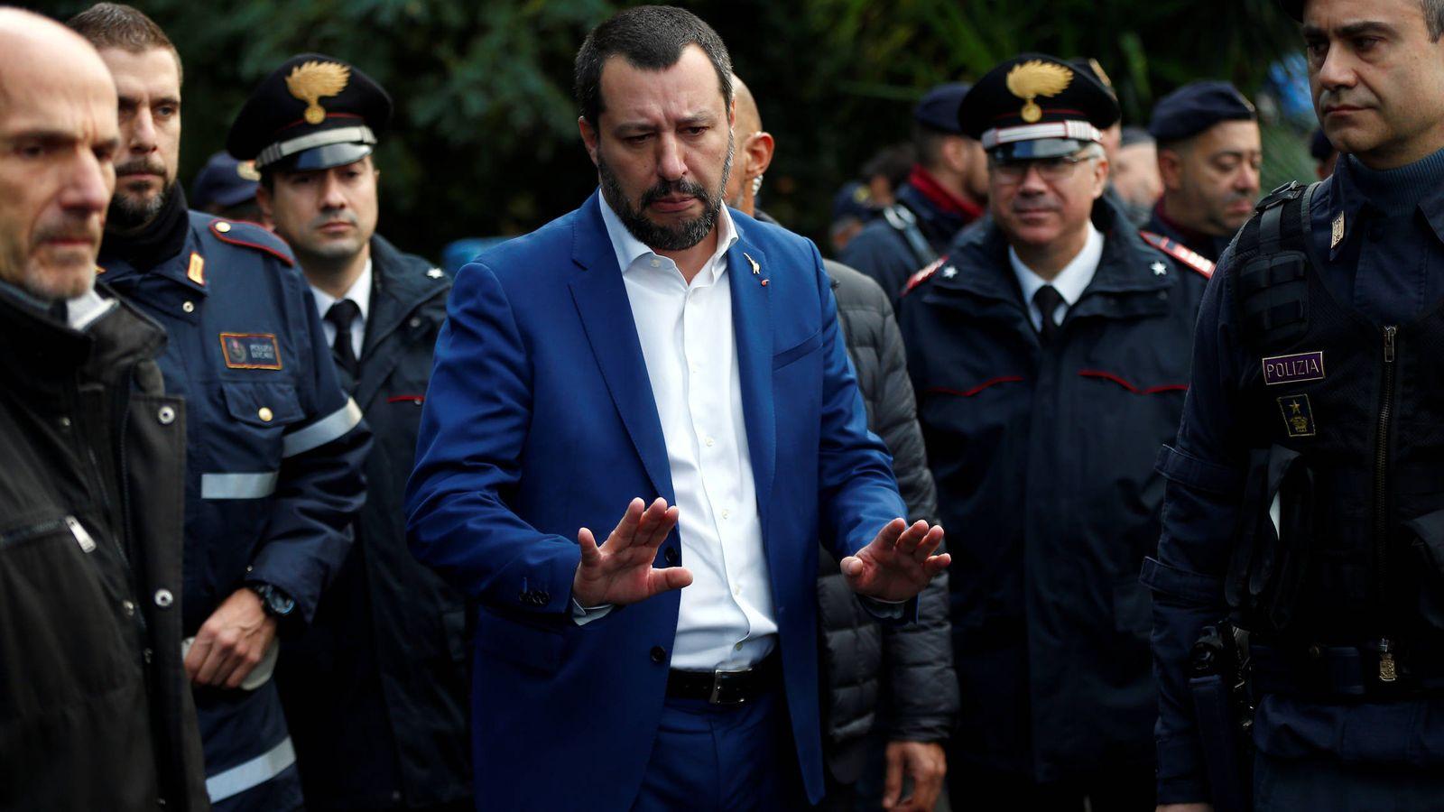 Foto: El ministro del Interior italiano, Matteo Salvini, tras una redada de la policía en Roma. (Reuters)