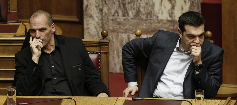 Foto: El primer ministro griego Alexis Tsipras (dcha) y el ministro de Finanzas Yanis Varufakis participan en la votación para elegir al nuevo presidente griego en el Parlamento de Atenas, Grecia, el 18 de febrero del 2015. (EFE)