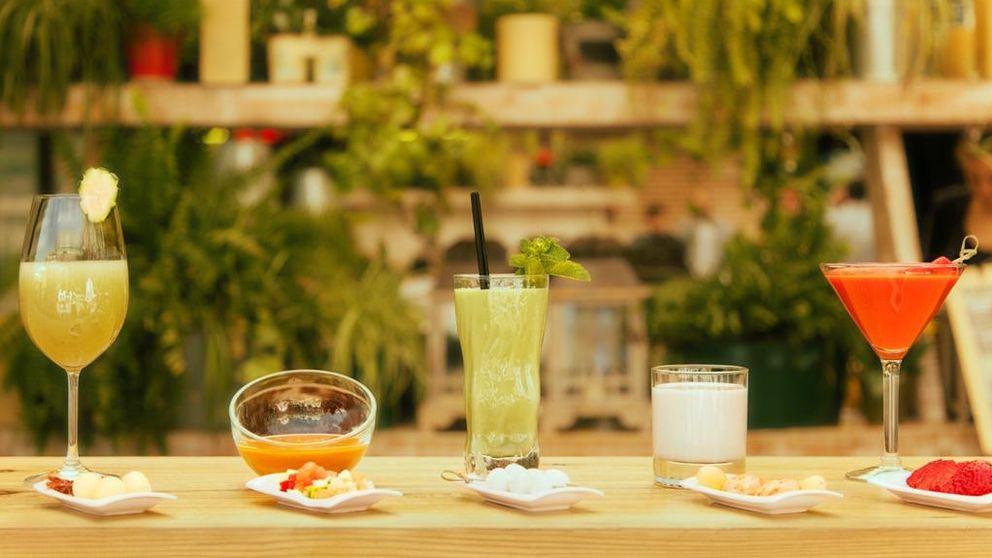 Los gazpachos son los nuevos cócteles: rosa en copa de martini o verde con hierbabuena