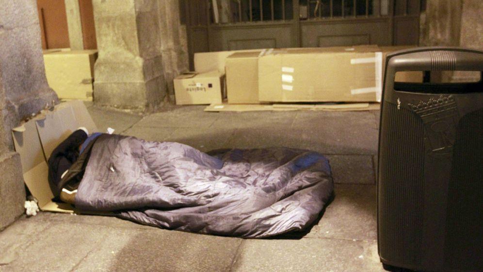 Foto: Un sintecho pernocta bajo las arcadas de la Plaza Mayor de Madrid. (EFE)
