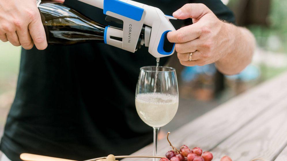 Foto: Servir una copa sin descorchar la botella. (Coravin)
