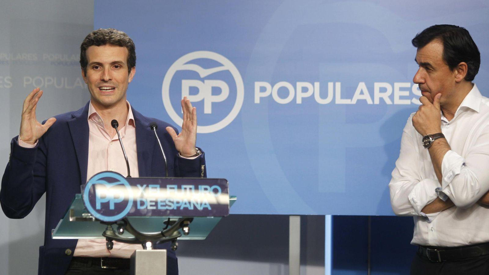 Foto: El vicesecretario de Comunicación del PP, Pablo Casado (izda), y el de Organización Fernando Martínez Maillo presentan la Conferencia Política del Partido Popular que se celebran este vieres y sábado. (Efe)