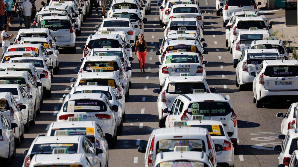 Foto: Taxis en el paseo de la Castellana, en una foto de archivo. (EFE)