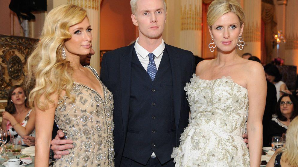 Foto: Barron Hilton con sus hermanas Paris (izquierda) y Nicky, en Nueva York. (Getty)