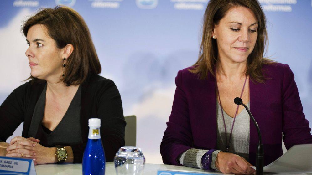 Foto: La secretaria general del PP, María Dolores Cospedal (d), y la vicepresidenta del Gobierno, Soraya Sáenz de Santamaría (i). (EFE)