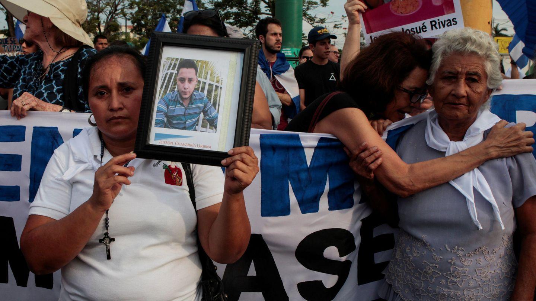 La madre de un estudiante llamado Jeisson Chavarria, muerto en las protestas, enarbola su foto durante una marcha de las Madres de Abril, el 10 de mayo de 2018. (Reuters)