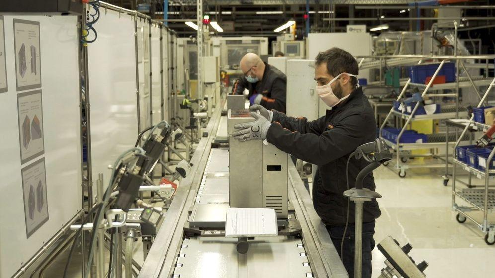 Foto: Fabricación de respiradores en la fábrica de Seat de Martorell. (EFE)
