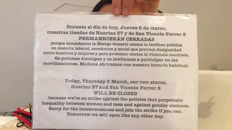 El cartel de la tienda Peseta en que se explica por qué echan el cierre este jueves. (EC)