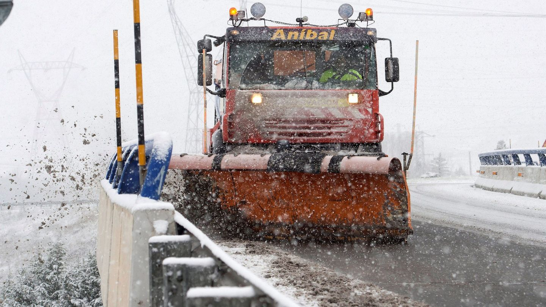 Una máquina quitanieves limpia la autopista A-67. (EFE)
