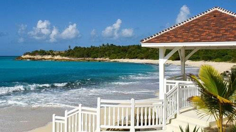 La mansión de San Martin tiene una posición estratégica, a primera línea de playa. (Cortesía de lechateaudespalmiers.com)