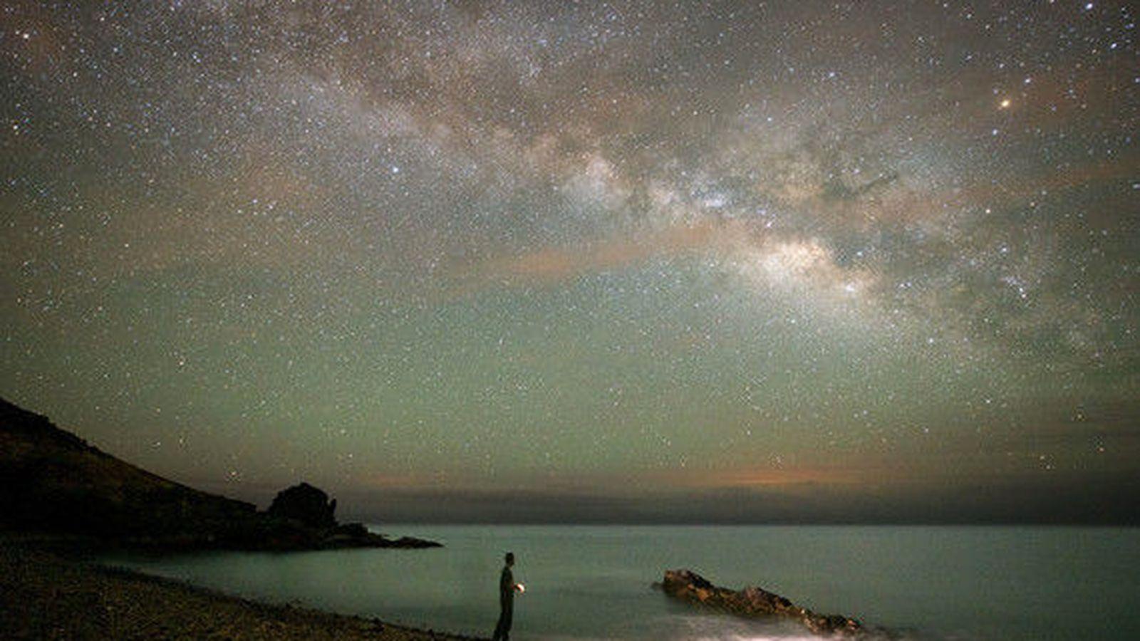 Foto: El astroturismo es una tendencia en alza que combina sostenibilidad y divulgación científica. La imagen corresponde a la isla de Fuerteventura, una de las reservas certificadas por la fundación Starlight gracias a la calidad de su cielo. / Carlos de Saa