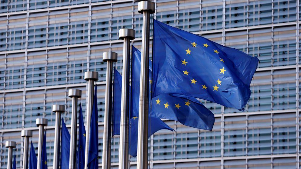 Foto: Banderas de la Unión Europea frente a la Comisión Europea en Bruselas. (Reuters)