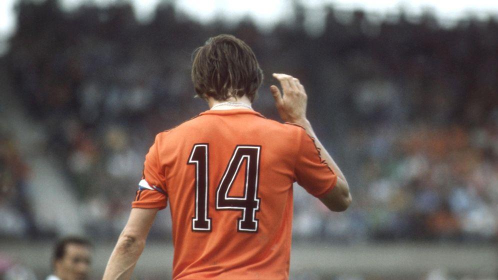 Foto: Johan Cruyff, en la imagen en un partido con la selección de Holanda, hizo suyo el número 14. (Cordon Press)