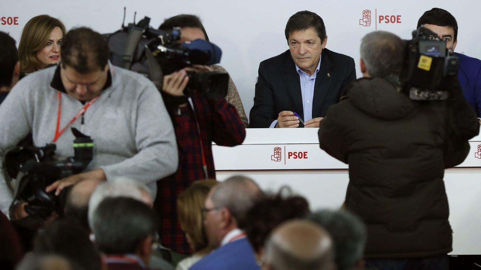Foto: El presidente de la gestora del PSOE, Javier Fernández (c). (EFE)