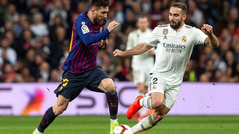 Foto: El defensa del Real Madrid Dani Carvajal defiende ante el delantero del FC Barcelona Leo Messi. (EFE)