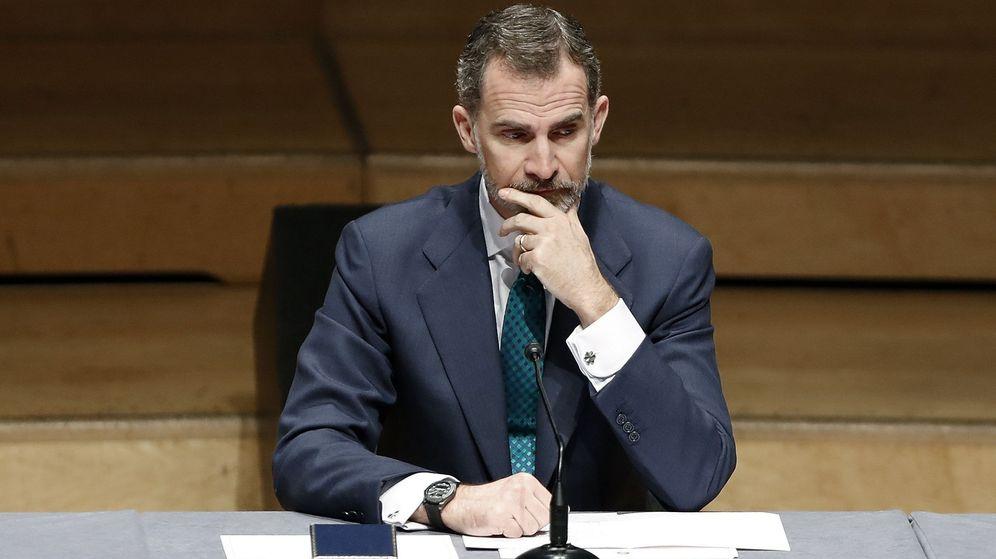 Foto: El rey Felipe, durante la ceremonia de entrega de los despachos a la nueva promoción de jueces en el Auditori de Barcelona. (EFE)