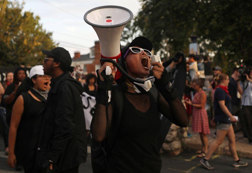 Foto: Manifestantes en la Universidad de Virginia, en Charlottesville, el 11 de agosto de 2018. (Reuters)