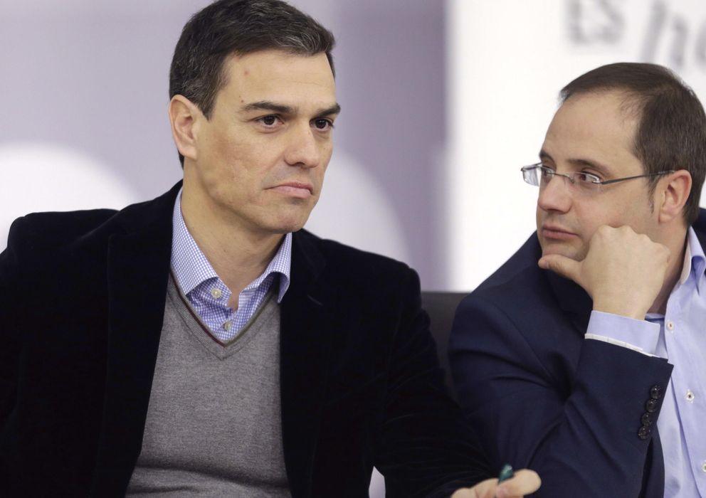 Foto: El secretario general del PSOE, Pedro Sánchez, y el secretario de Organización, César Luena (EFE)