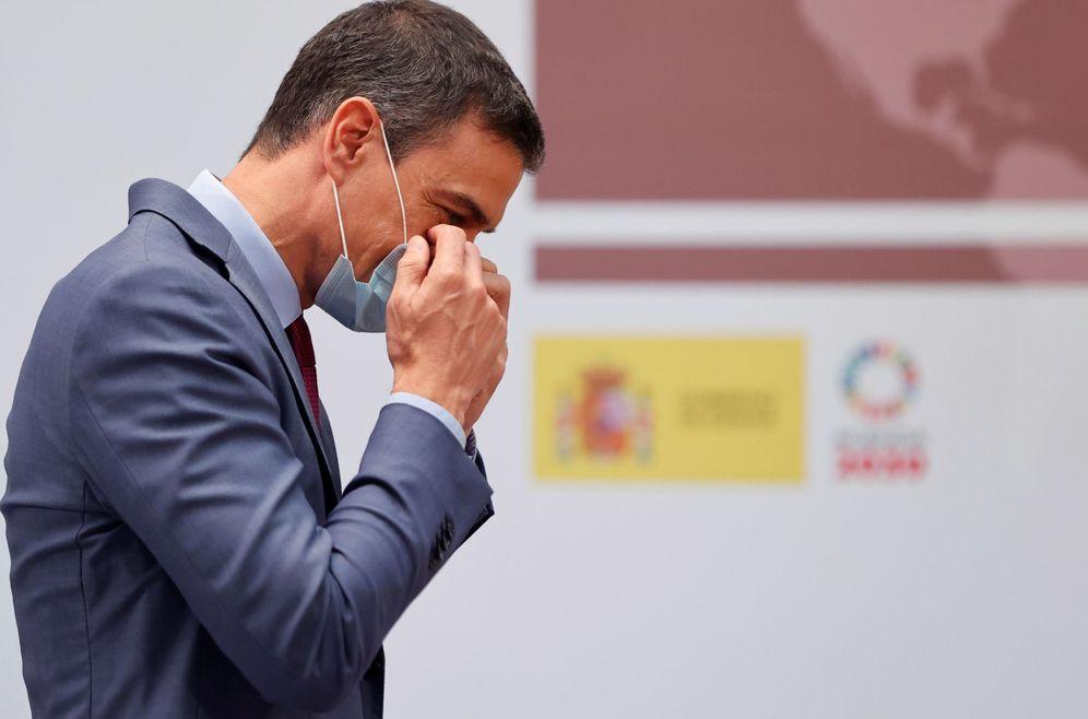 Foto: Pedro Sánchez se ajusta la mascarilla durante el lanzamiento del plan para reformar el sistema de ciencia, este 9 de julio en la Moncloa. (EFE)