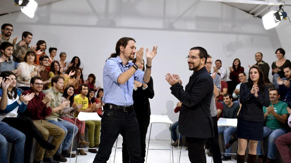Foto: Pablo Iglesias y Sergio Pascual, durante la presentación del equipo de campaña para las elecciones generales. (EFE)