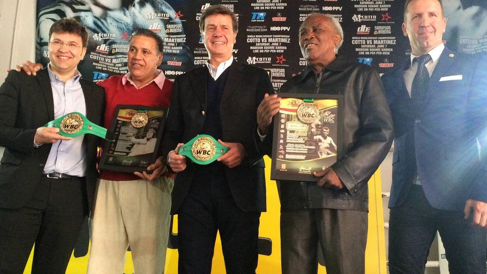 Foto: Cayetano Martínez de Irujo, miembro del Consejo Supremo del WBC, Miguel Ángel de Pablos y José Manuel Berdonce, junto a Legrá y Evangelista