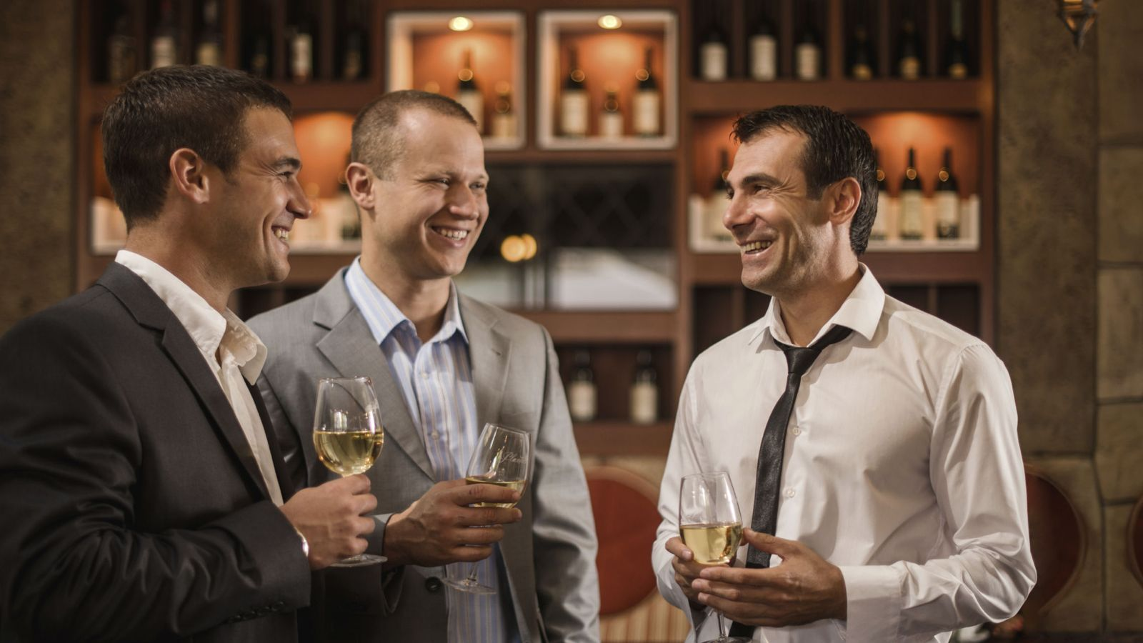 Foto: Crear relaciones sociales cuanto antes es fundamental para triunfar en tu nuevo trabajo. (iStock)
