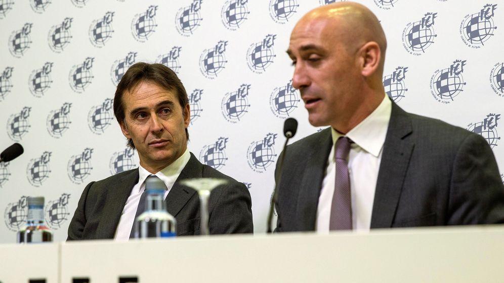Foto: Luis Rubiales, junto a Julen Lopetegui, en la rueda de prensa en la que anunció su renovación como seleccionador. (EFE)