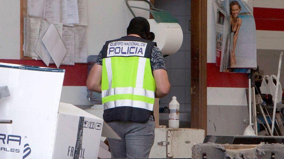 Foto: Un agente de la Policía Nacional en Cambados. (EFE)