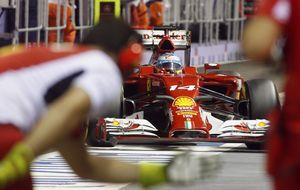 Alonso trata de quitar la 'basura' sobre el escudo de Ferrari