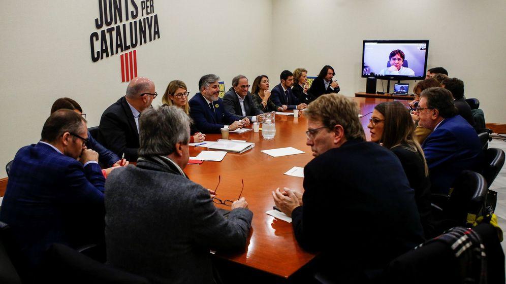 Foto: El presidente de la Generalitat, Quim Torra (c), y el 'expresident' Carles Puigdemont (por videoconferencia), durante la reunión de la dirección de JxCAT. (EFE)