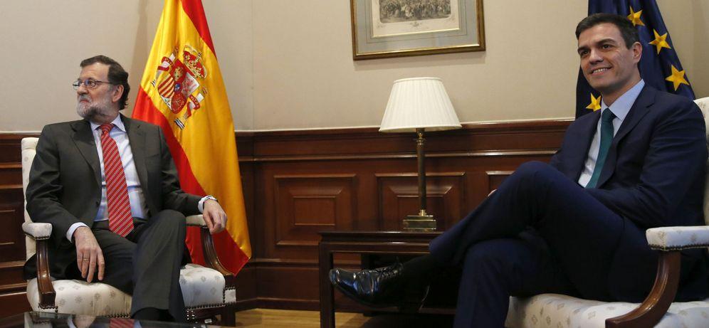Foto: Mariano Rajoy y Pedro Sánchez, minutos antes del comienzo de la reunión de ambos en el Congreso, este 12 de febrero. (EFE)