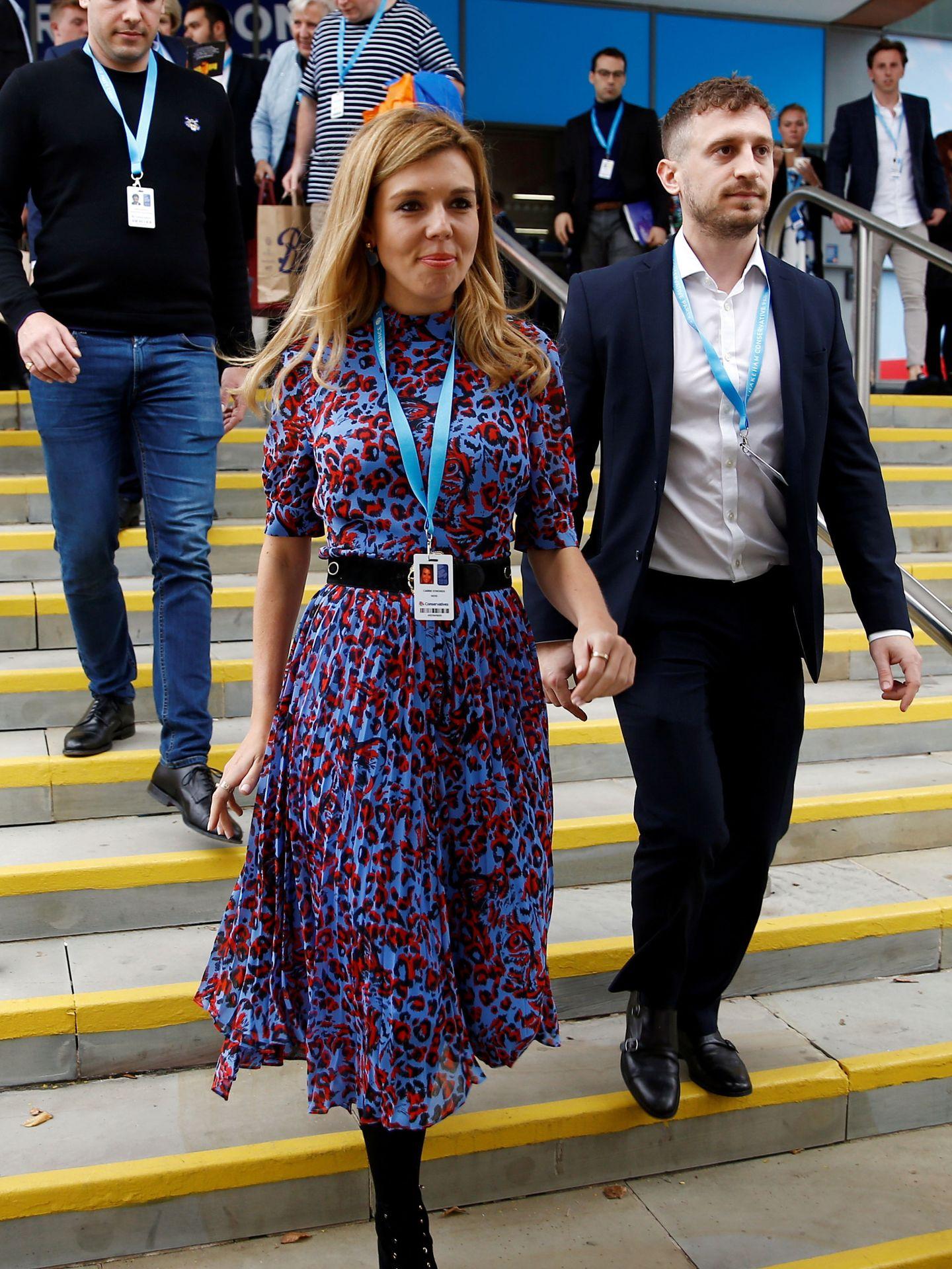 Carrie luciendo un vestido midi, su gran aliado de estilo. (Reuters)