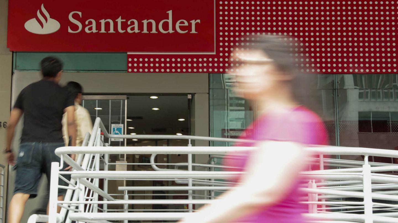 Varias personas caminan frente a una sucursal del banco Santander. (EFE)