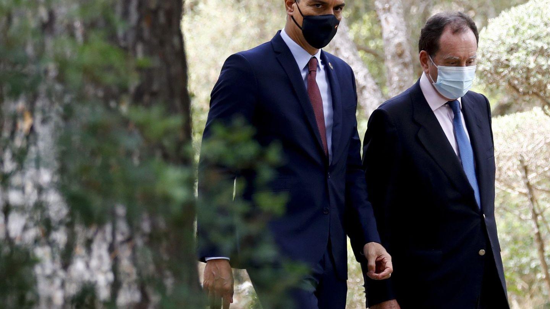 Pedro Sánchez conversa con Jaime Alfonsín, jefe de la Casa del Rey. (EFE)