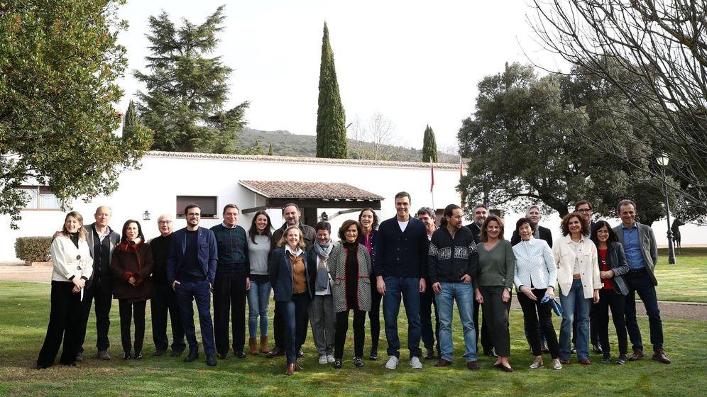 Foto: Sánchez y los 22 ministros al inicio de la reunión. (EFE)