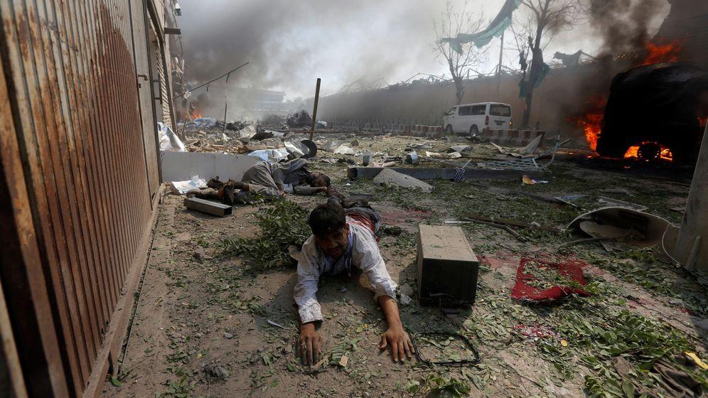 Foto: Un hombre herido yace en el suelo tras la explosión en Kabul, capital de Afganistán, el 31 de mayo de 2017. (Reuters)