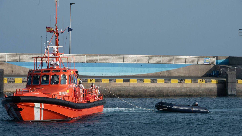 Un barco de Salvamento remolca una lancha neumática en la que viajaban 15 migrantes. (EFE)