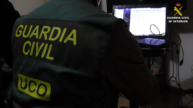 Un agente descargando archivos durante la operación en la que cayó Fidel. (Guardia Civil)