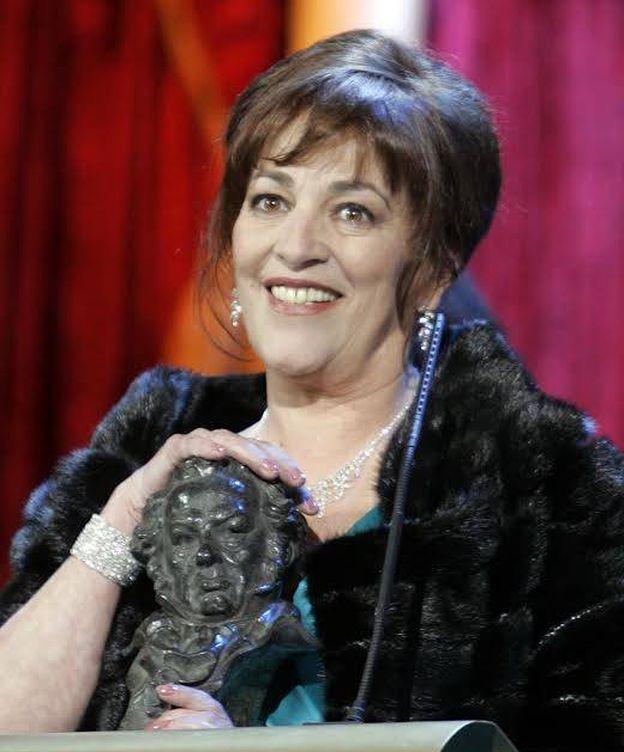 Foto: Carmen Maura, recogiendo uno de los cuatro premios Goya que ha ganado. (Reuters)