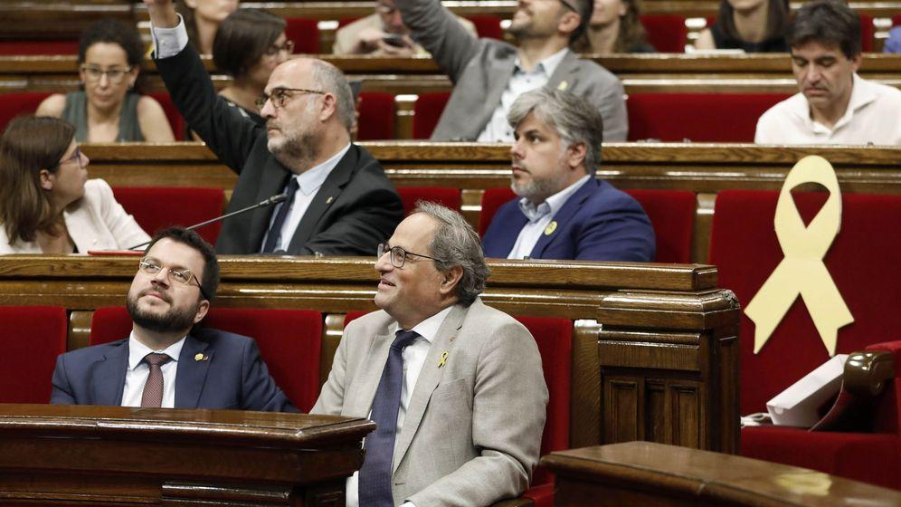Foto: El presidente de la Generalitat, Quim Torra, junto a su vicepresidente, Pere Aragonès, en el Parlament. (EFE)
