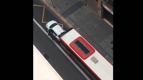 Si tienes cojones, lo revientas: un autobús embiste a un coche en carril bus