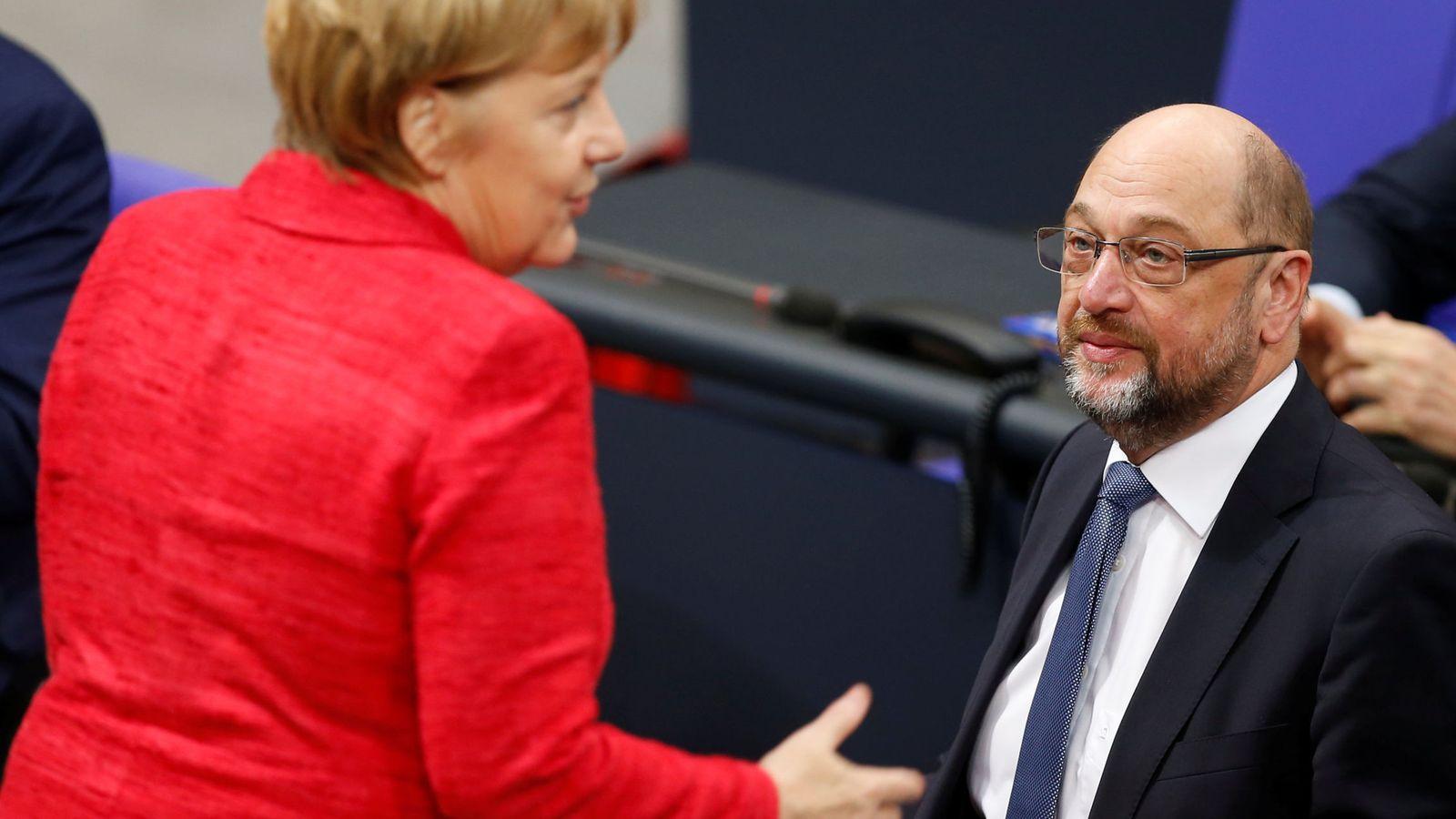 Foto: Angela Merkel habla con Martin Schulz en una reunión del Bundestag, el pasado 21 de noviembre de 2017. (Reuters)