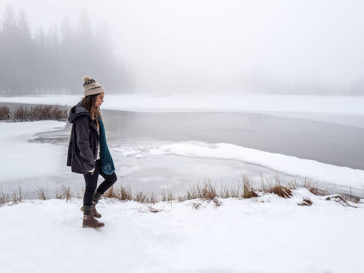 Foto: Es fundamental tener un buen calzado cuando vayamos a la nieve. (Drew Coffman para Unsplash)