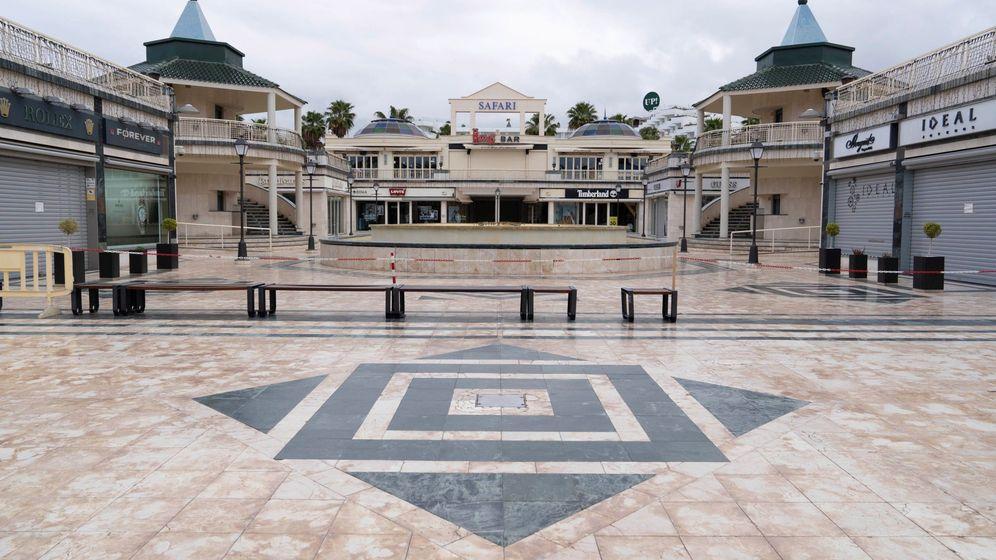 Foto: Centro comercial con las tiendas cerradas en Tenerife. (EFE)